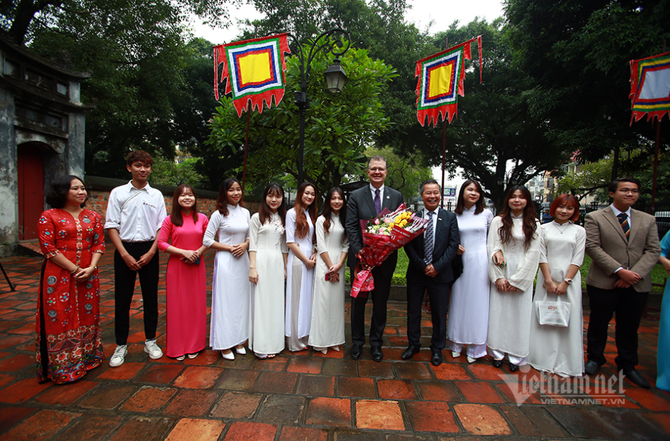 Ambassador Kritenbrink receives a warm welcome from Vietnamese students at the Temple of Literature. (Photo: Vietnamnet)