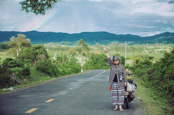 A traveler on her way to Van Hoa plateau (Photo: Lu Hanh Vietnam)