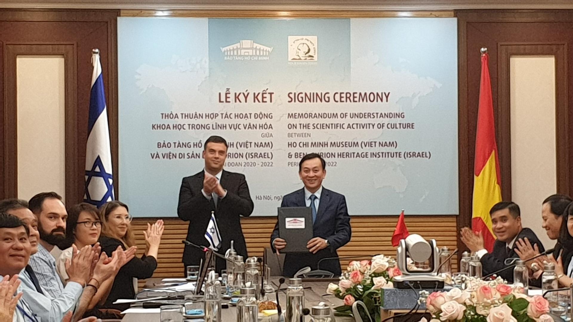 The signing ceremonies in Hanoi (Photo: Bao Van Hoa)