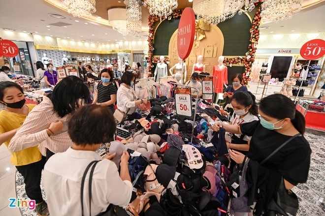 Black Friday: Crowded stores in Vietnam in contrast to deserted shopping streets around the world