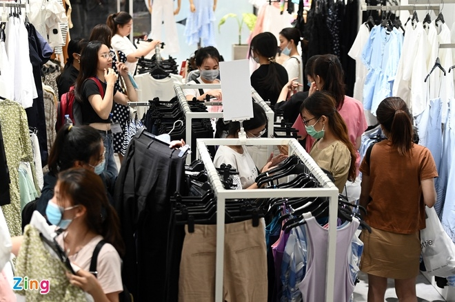 One clothing store in Hanoi is packed with young women looking for suitable clothes (Photo: Zing)