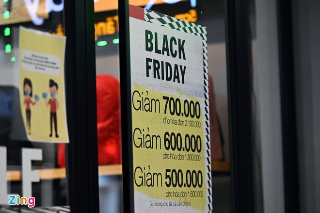 One fashion store offers steep discount (Photo: Zing)