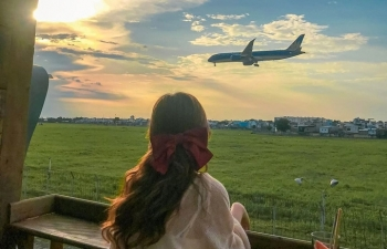 two cafes in hcmc with spectacular plane landing view