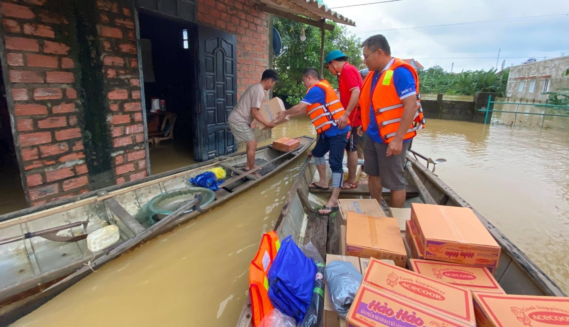 Aiding team sending food to residents in flooded areas (Photo: BIDV)