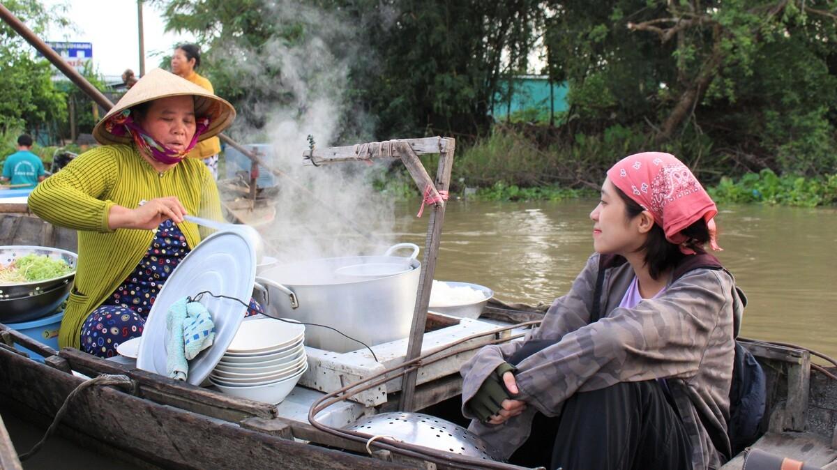 Video: Vibrant dawn at Phong Dien floating market