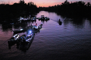 video vibrant dawn at phong dien floating market