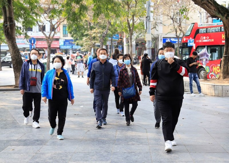People are all wearing face masks outside (photo: nhan dan)