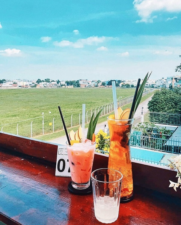 Cafe shops offer guest perfect view to spot airplanes on and off Tan Son Nhat airport