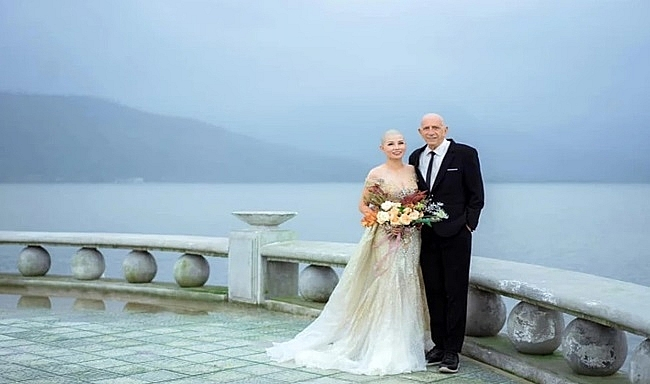 Vietnamese bride shaves bald to encourage her American fiance in cancer battle