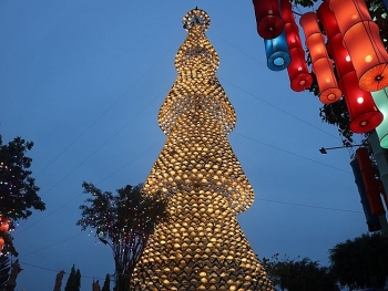 unique christmas tree made from thousands of conical hats in vietnam