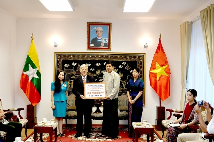 The money and equipment was donated by organisations, businesses and individuals through a donation campaign launched by the Vietnam-Myanmar Friendship Association. (Photo: VNT)