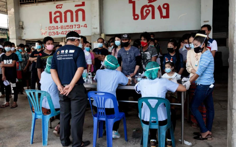 People queue to get tested for the COVID-19 coronavirus at a seafood market in Samut Sakhon on December 19, 2020 after some cases of local infections were detected and linked to a vendor at the market. (Photo: AFP)