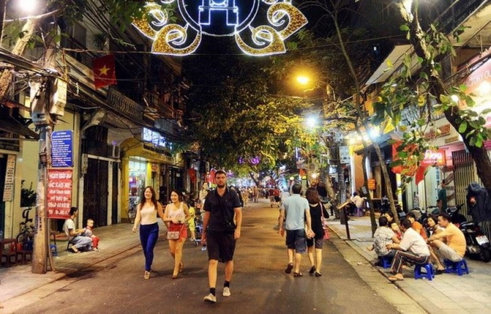 A foreign tourist walking in the pedestrian street (Photo: Bao Quoc Te)