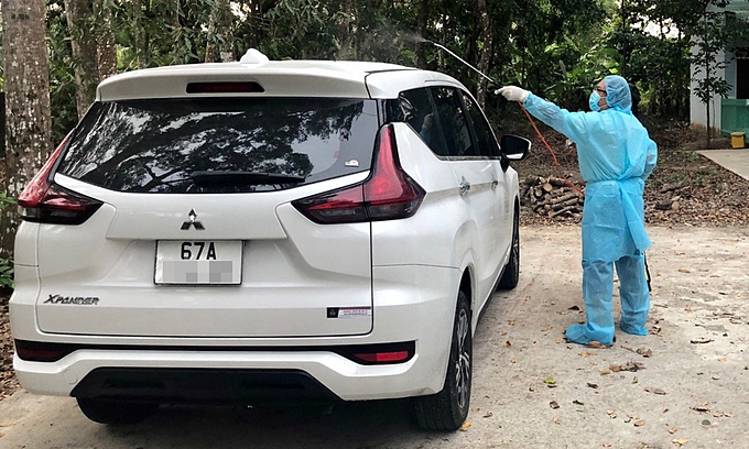 A medical staff in Soc Trang Province disinfects a car carrying six illegal entrants into Vietnam, December 27 2020 (Photo: VNE)