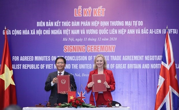 Minister of Industry and Trade Tran Tuan Anh and UK Secretary of State for International Trade Elizabeth Truss sign the minutes on the conclusion of negotiations over the UKVFTA (Source: VNA)