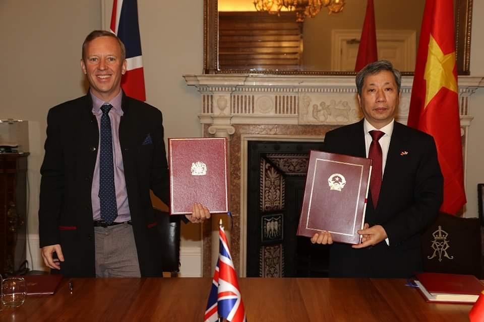 Vietnamese Ambassador to the United Kingdom (UK) Tran Ngoc An (R) and British Ambassador to Viet Nam Gareth Ward sign the UK-Viet Nam Free Trade Agreement, London, the UK, December 29, 2020.