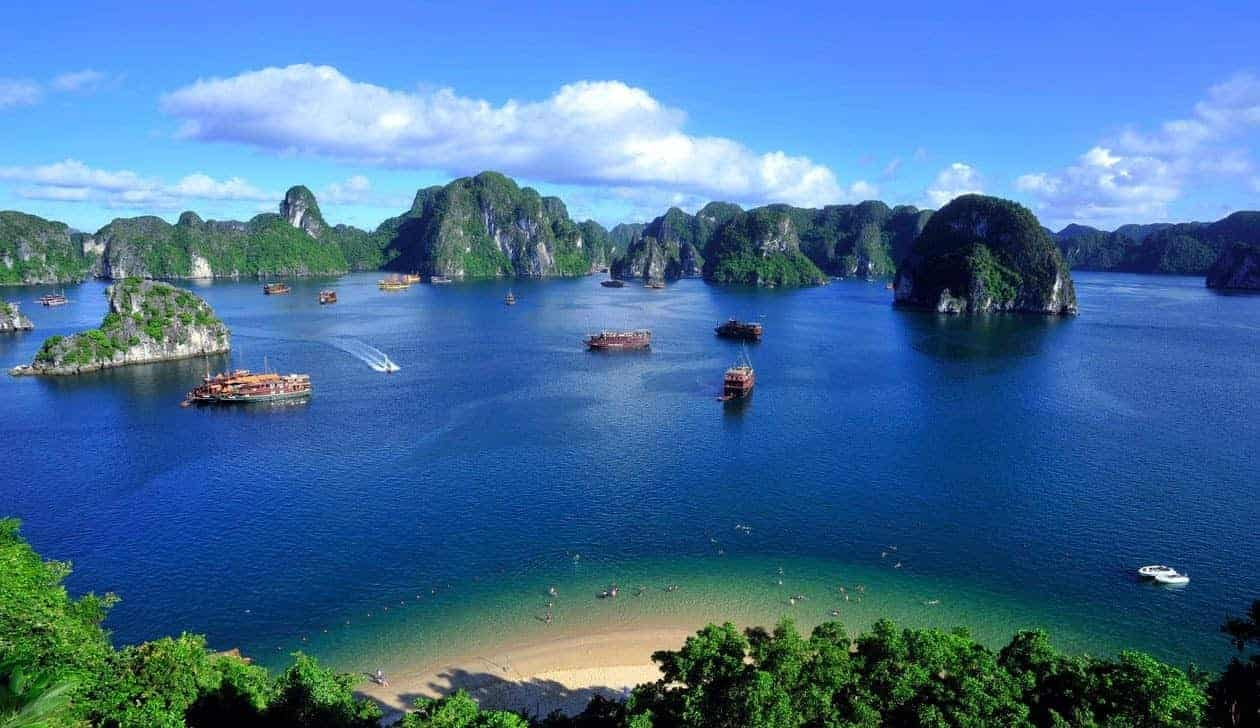 Halong Bay is a UNESCO World Natural Heritage in Quang Ninh Province that has long been famous in the worldwide tourist communities and even filmed in Hollywood movies. Photo: South East Asia Backpacker