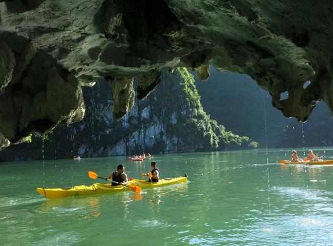 Kayaking in Lan Ha bay. Photo: Asianway Travel