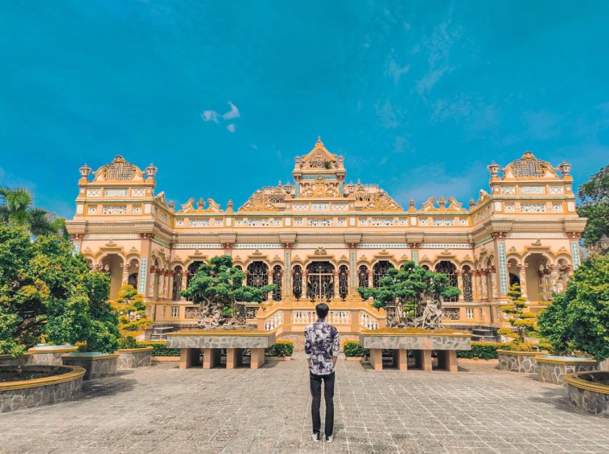 vinh trang southern pagoda that possesses three giant buddha statue