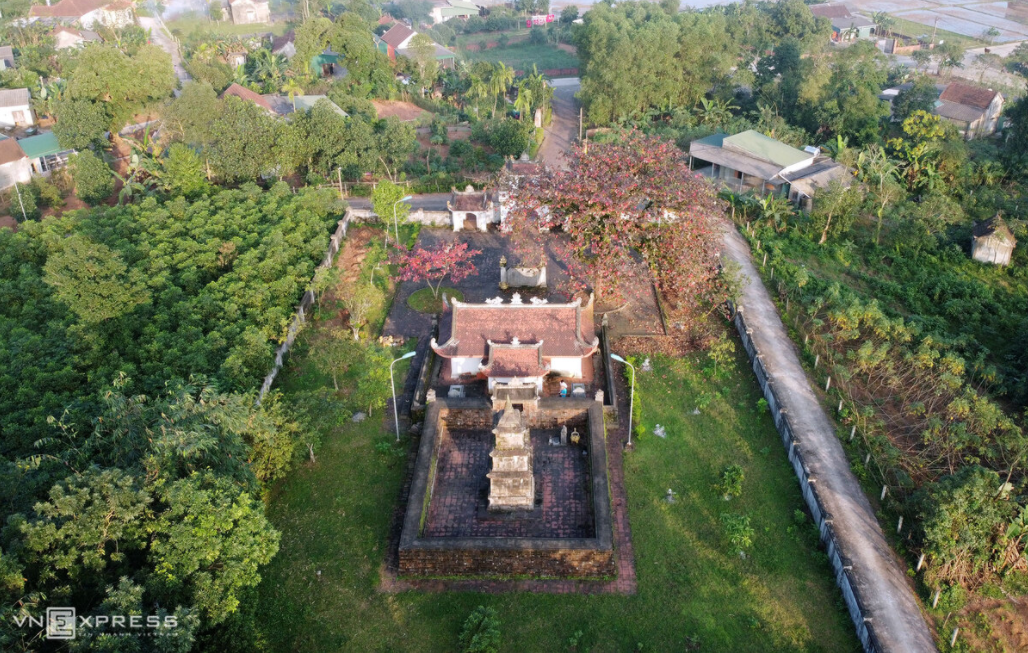 Solemn 500-year-old stone tower to worship an official of Le Dynasty