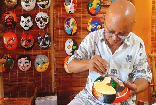 "Unique story of an artist spending his life to paint ""masks of time"""