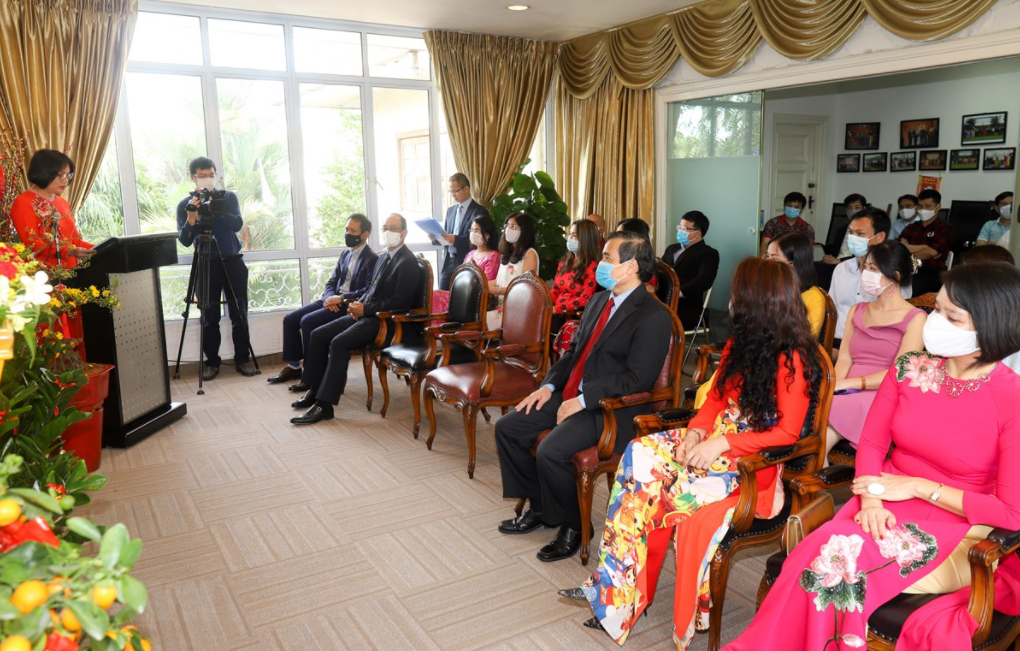 vietnamese community in singapore warmly welcome tet