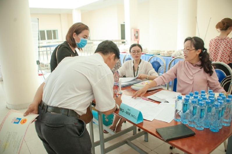hcmc promotes cashless payments at schools