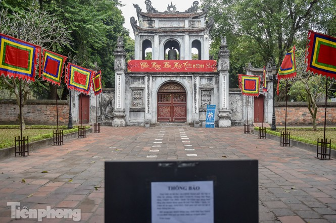 Religious sites closed because of COVID-19, people of Hanoi worship from afar