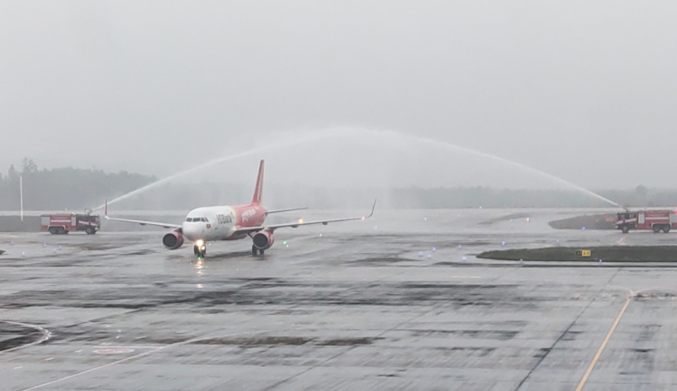 first flight arrived at van don airport after a month of closing