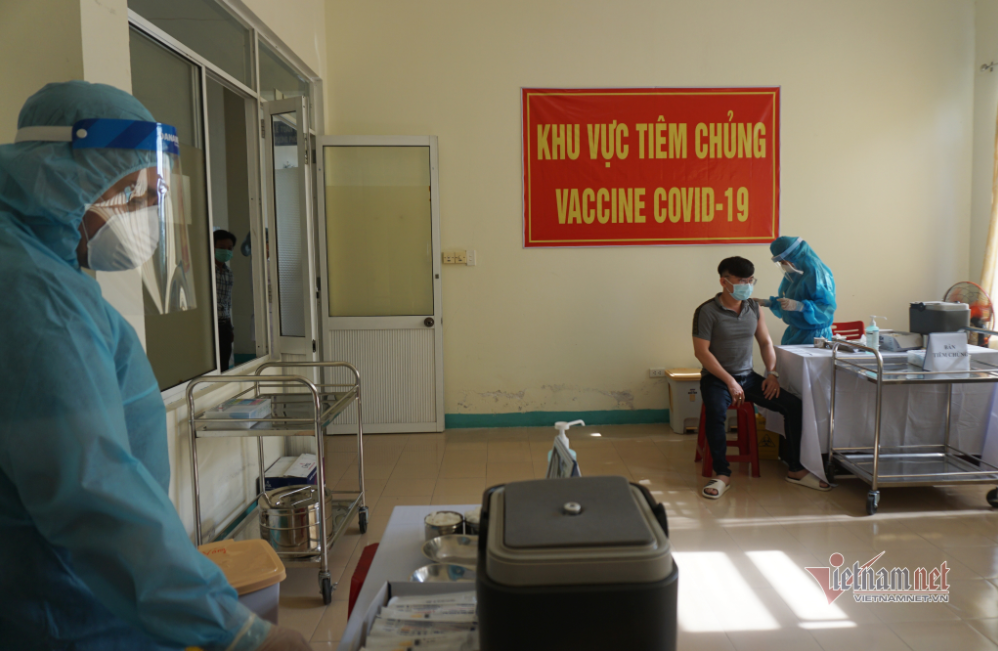 in photo first medical workers in da nang vaccinated with covid 19