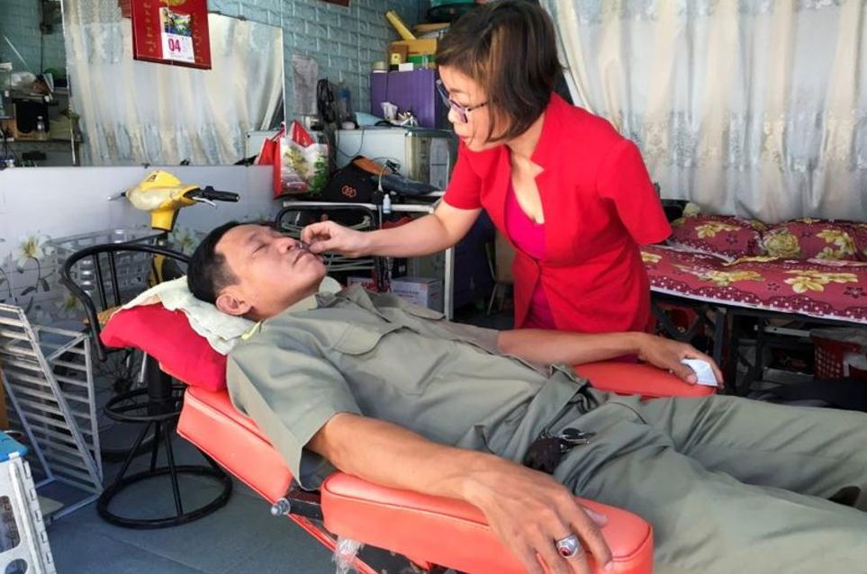 vigorous one armed vietnamese hairdresser got international presss applauds
