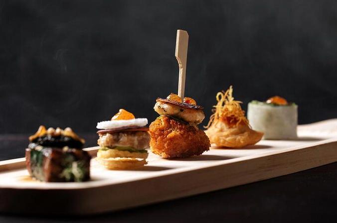 "Hanoi specialties ""packed"" in Western food serving style"