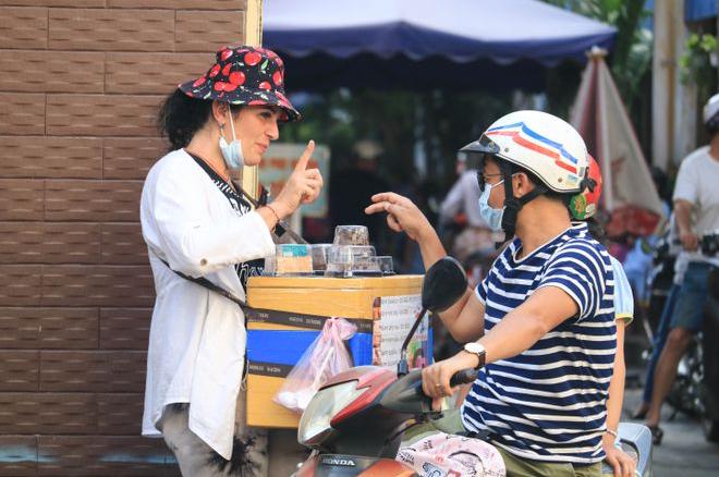 "The Belarusian who sells cakes on Saigon sidewalk: ""I haven"