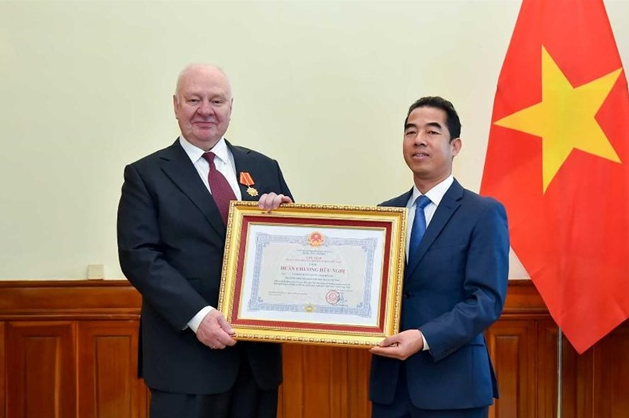 vietnam presents friendship order to russian ambassador