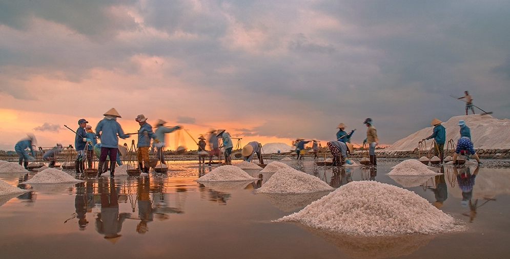 stunning hon khoi salt field in vietnams most beautiful beach