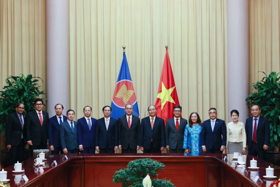 State leader Nguyen Xuan Phuc welcomes ASEAN diplomats
