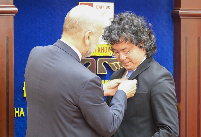 Hanoi lecturer received medal from the President of Italy