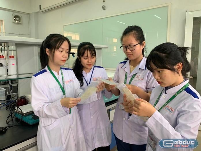 Vietnamese students turn bagasse into decomposition medical masks