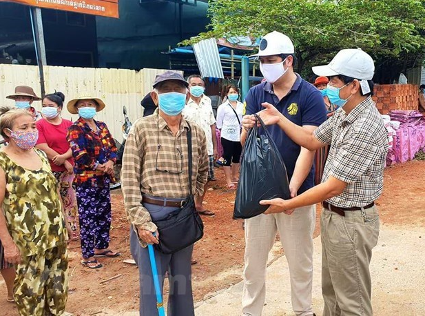 Vietnam COVID-19 Updates (April 27): Rice aid comes for Vietnamese-Cambodians under lockdown