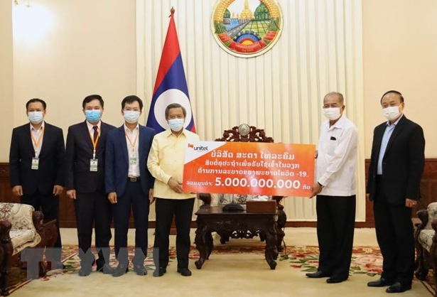 Vietnamese enterprises in Laos collaborates with local authorities to fight pandemic