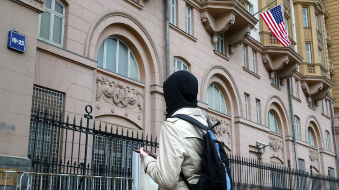 U.S. Embassy in Moscow temporarily resumes consular services