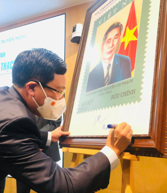 Stamp set published to honor Vietnamese diplomat