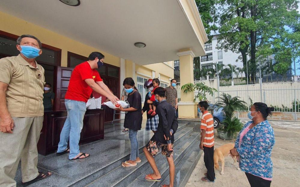 Poor Vietnamese in Preah Sihanouk, Cambodia receive relief aids