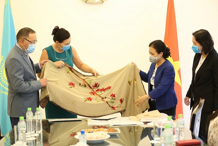 VUFO president presents scarves to international art project