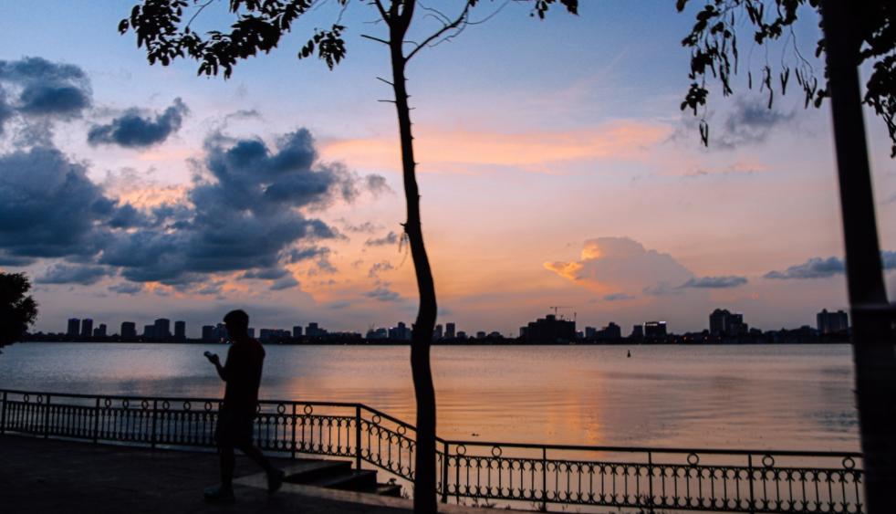 West Lake's mesmerizing sunset scene