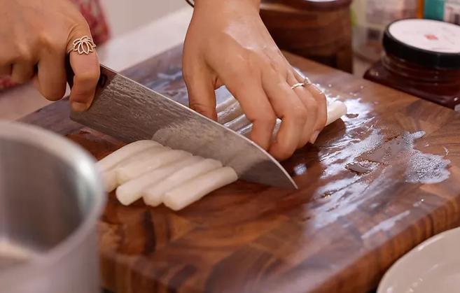 How to make trendy Korean Tteokbokki from Vietnamese rice paper?