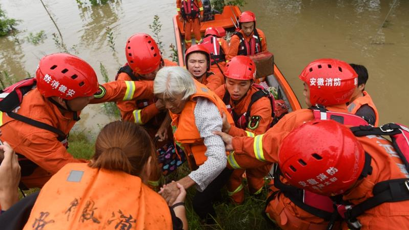 china flood latest news thousands trapped after levees fail dams at risk of breaking