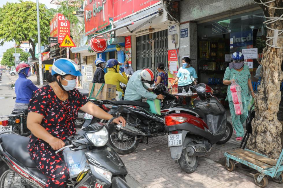 In Photo: Ho Chi Minh City residents crowd supermarkets amid false rumors of lockdown