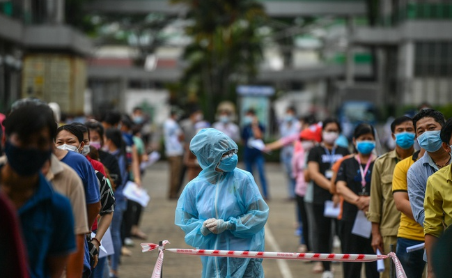 Covid News Briefing (July 18): Daily Infection Reaches Record, Hanoi Tightens Restrictions