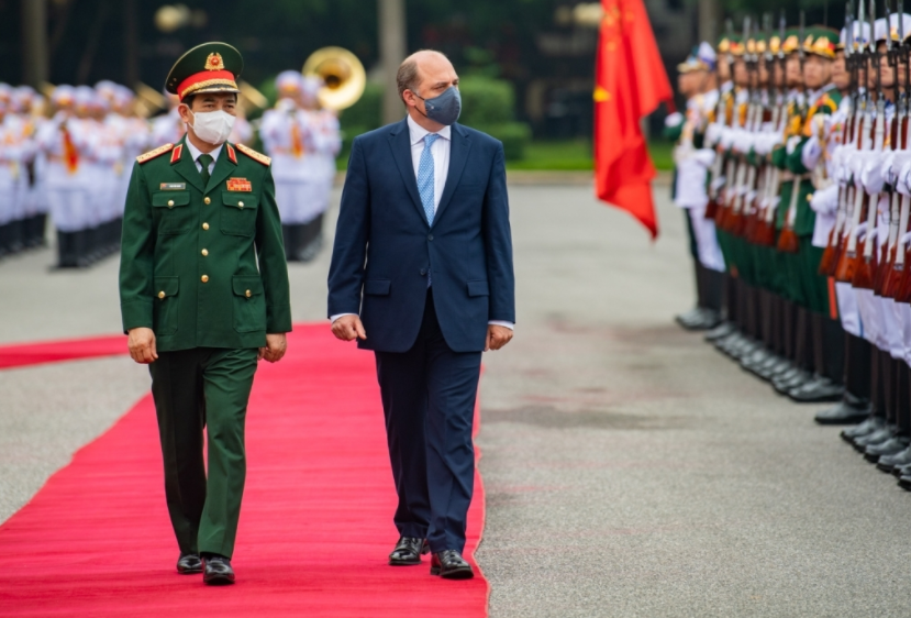 Vietnamese Defense Minister Holds Talks With British Counterpart